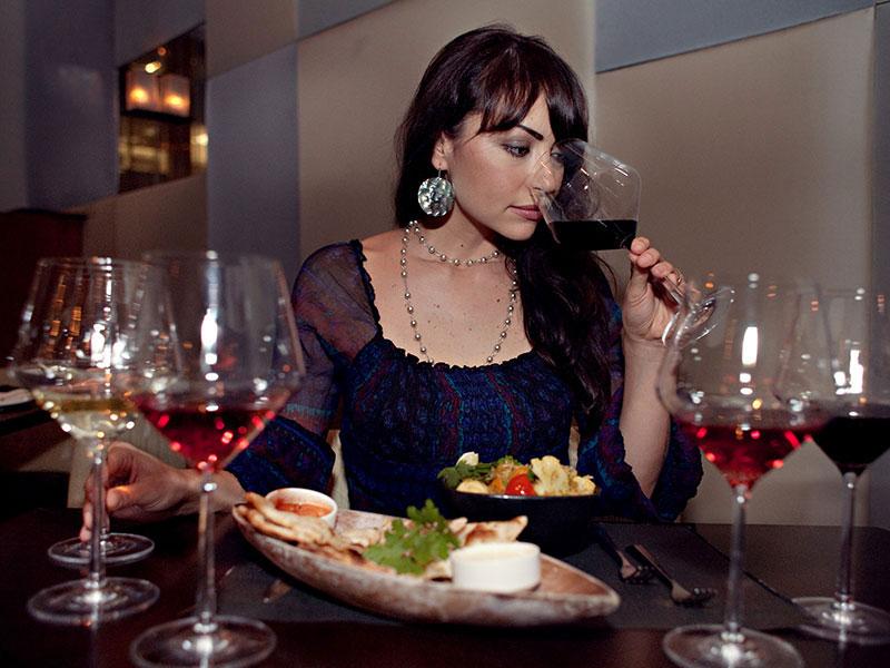 Rượu vang làm trắng và mềm da